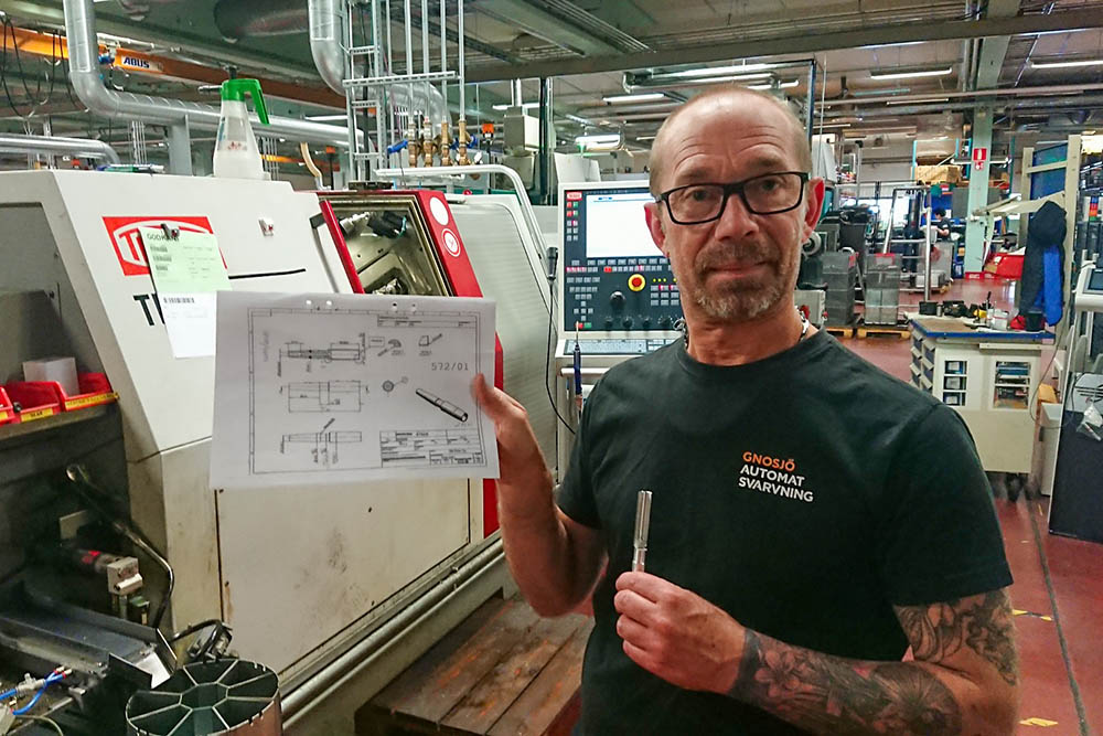 CNC production engineer Bosse, by the Swiss type turning number 38, with the old blueprints for the ferrule.