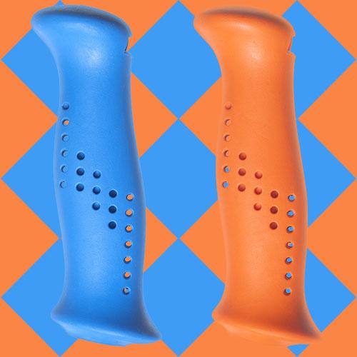 Blått och orange handtag av gummiliknande elastomer, från Tehnomat.