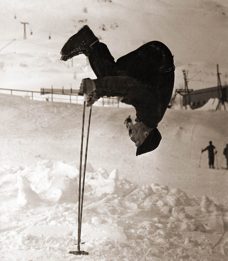 Gammelmorfar Olle Rimfors (1896-1994) sätter bambustavarna på prov med en stavvolt i Riksgränsen på 1960-talet.